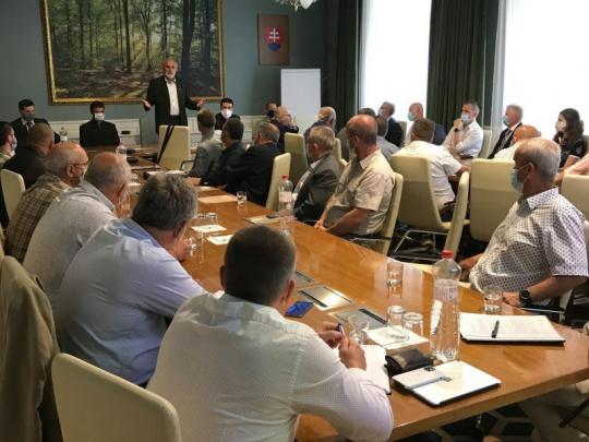 Ministerstvo a LESY SR: Chceme nastaviť novú obchodnú politiku. Spracovatelia dreva: Nevieme nič konkrétne