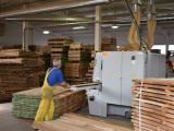 Situácia s drevom sa nezlepšuje, stále je drahé a je ho málo